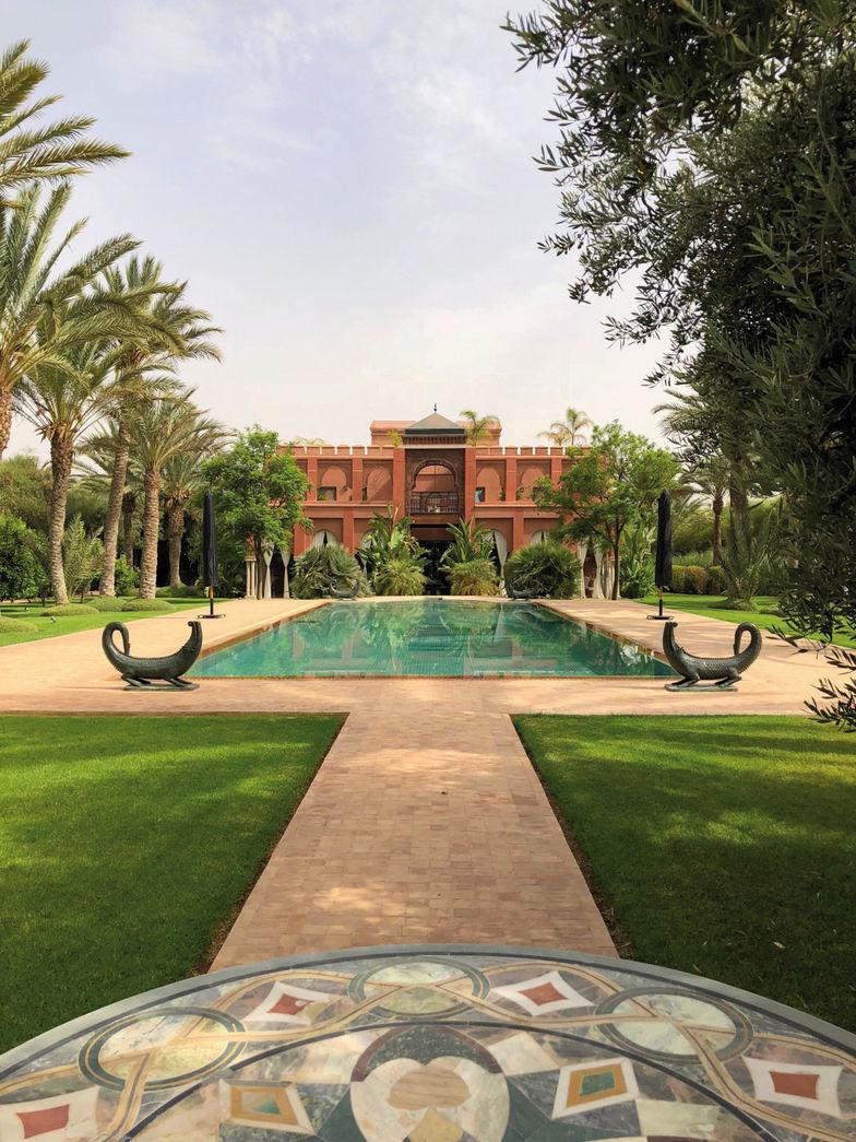 La maison et la piscine autour de laquelle quatre crocodiles en bronze à patine verte montent la garde.