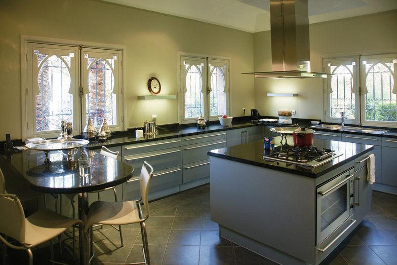 Dans la cuisine, un équipement moderne et de grands plans de travail facilitent la préparation des repas.