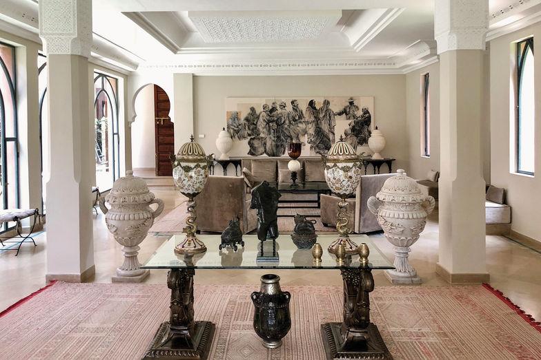 On jouit dans l'immense salon, très lumineux, d'une magnifique impression d'espace. Le plafond en stuc est sculpté à la main, comme ceux du vestibule et de la salle à manger.