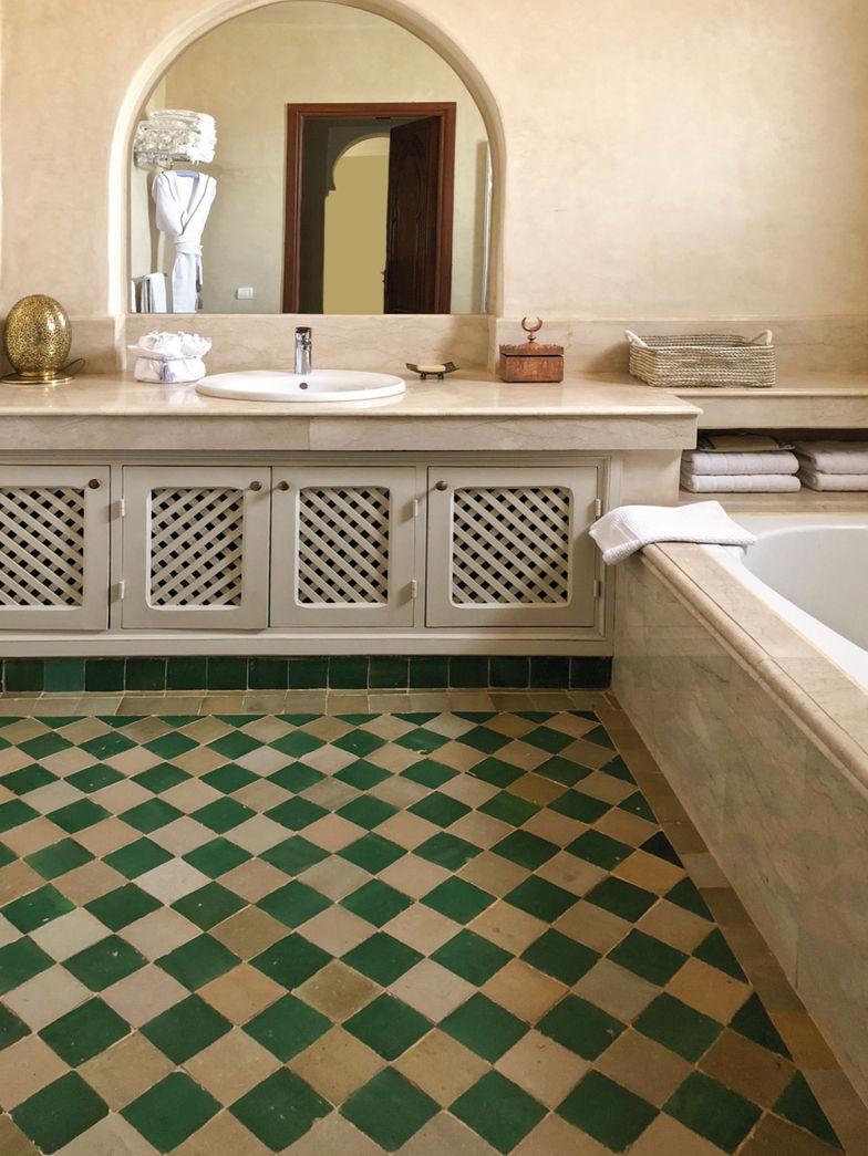 La salle de bains avec ses magnifiques carreaux est réservée aux invités.
