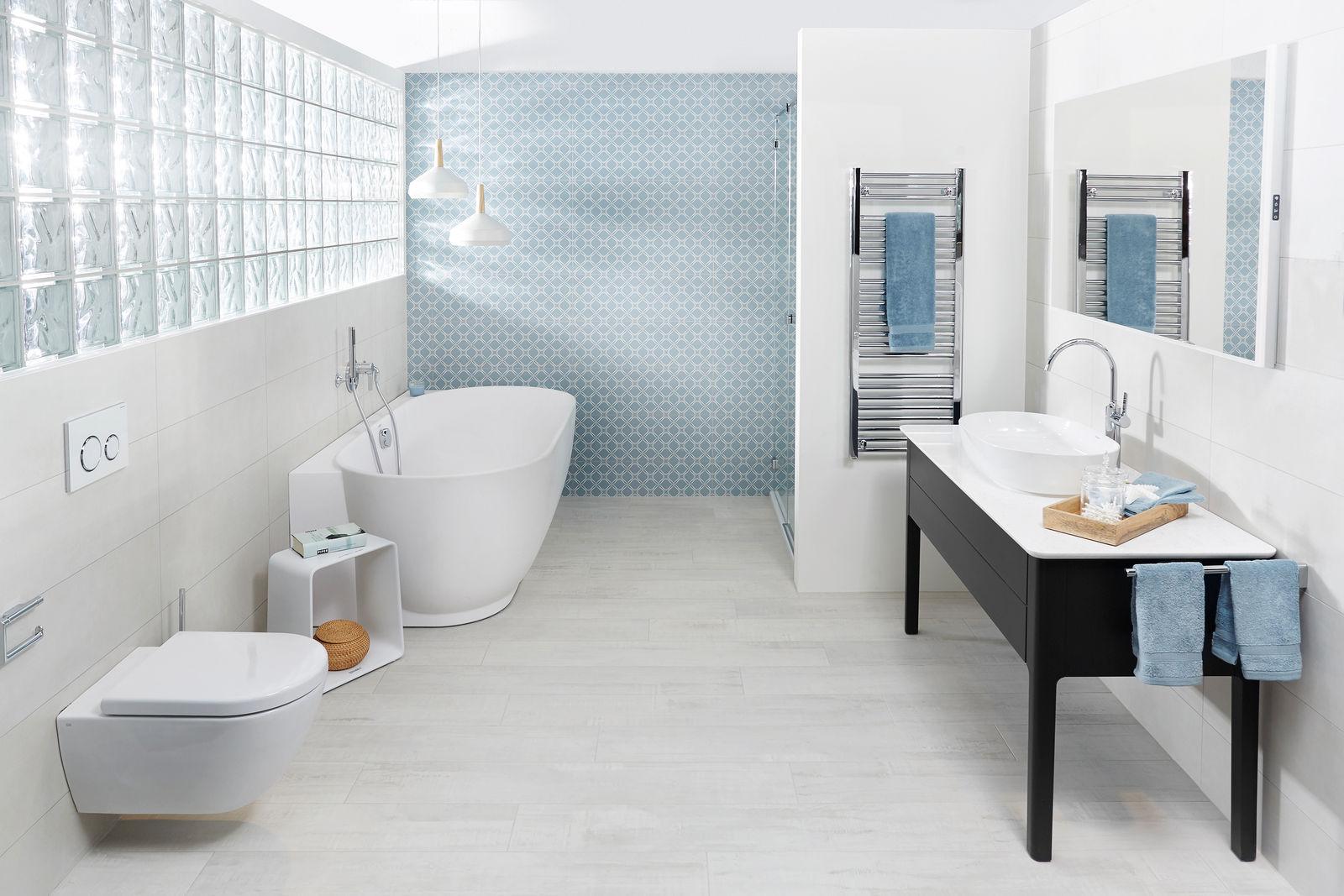 Une atmosphère naturelle et simple caractérise cette salle de bains, équipée d'appareils et robinets aux lignes délicates et fluides. Sabag.