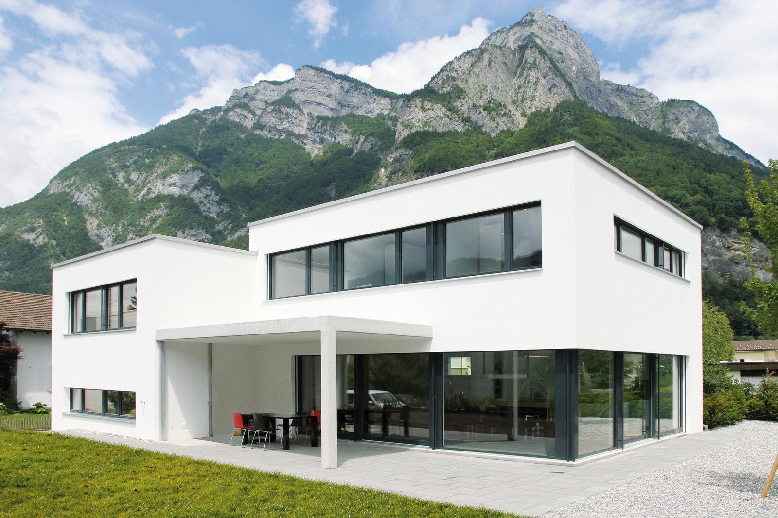 Les maîtres d'ouvrage ont construit la maison de leurs rêves au style architectural contemporain, composé de deux étages et d'un sous-sol.