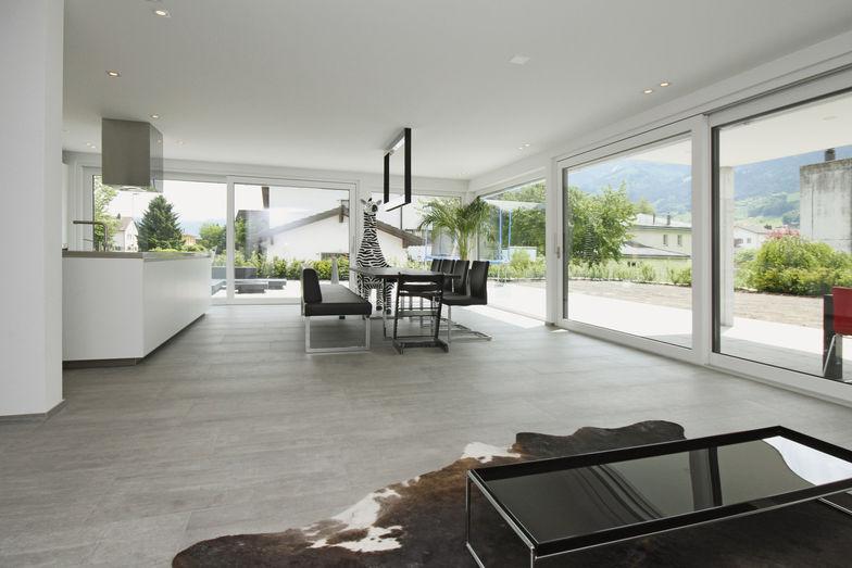 Les baies vitrées réparties sur deux côtés créent le lien entre l'intérieur et l'extérieur.
