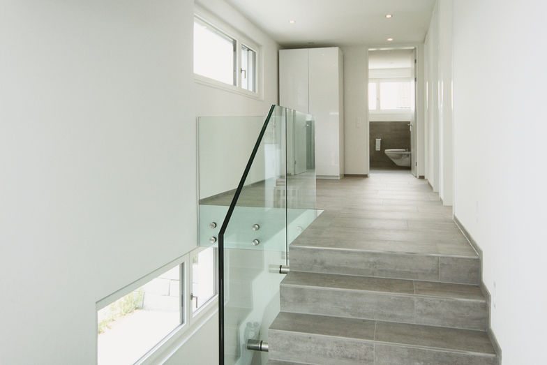 Depuis le rez-de-chaussée inférieur, qui donne accès à la chambre des parents et au bureau, la lumineuse cage d'escalier mène au premier étage.