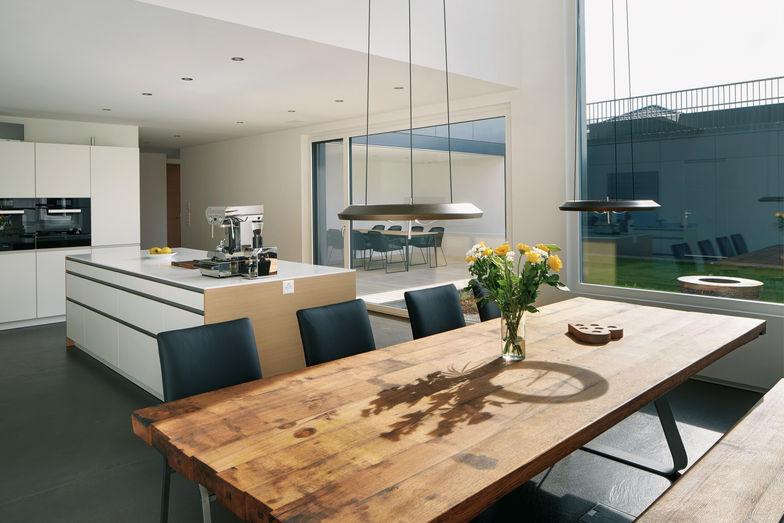 La zone repas et la cuisine forment un espace ouvert d'inspiration moderne.