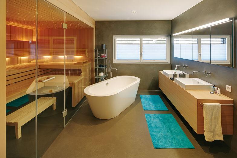 La salle de bains, avec une baignoire indépendante et un sauna.